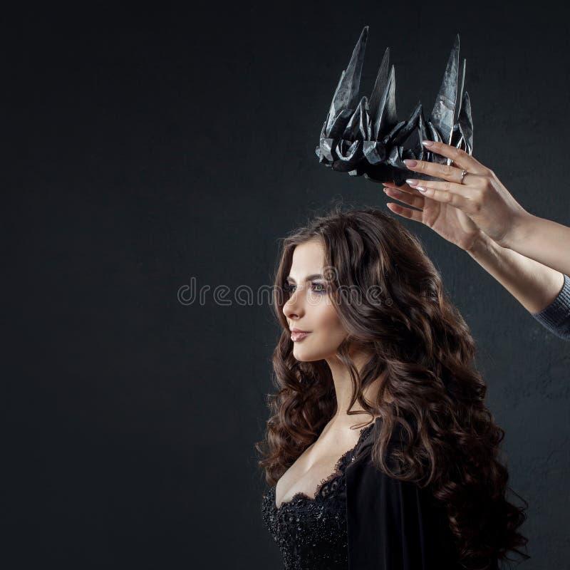 Incoronazione della regina gotica Immagine su Halloween fotografia stock libera da diritti