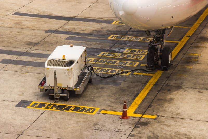 Incorporación del engranaje principal del mantenimiento de aviones el aeropuerto antes de foto de archivo libre de regalías