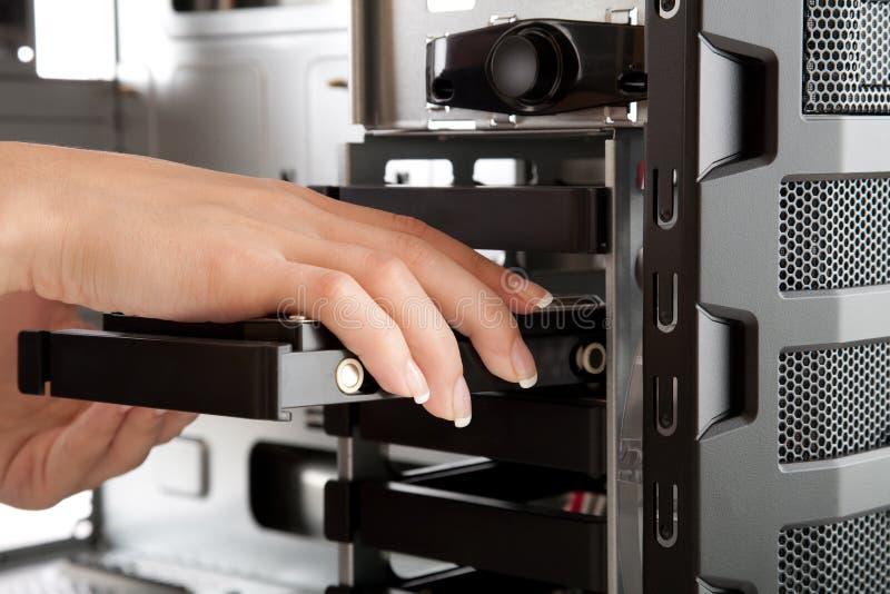 Incorporando un mecanismo impulsor duro a una nueva PC foto de archivo