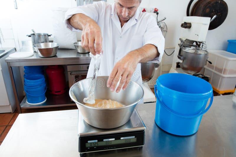 Incorporation de glucose et de miel par l'artisan masculin image stock