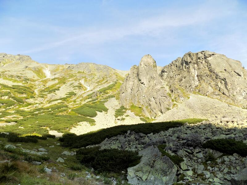 Incredibile vista di splendide montagne rocciose e paesaggi verdi in Slovacchia immagini stock