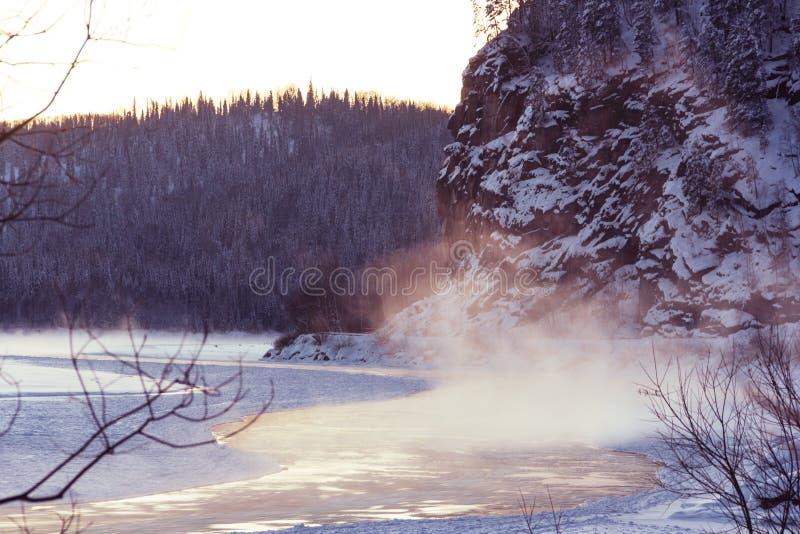 Incredibly sagolik sikt av den tinade upp floden som omges av berg arkivfoton