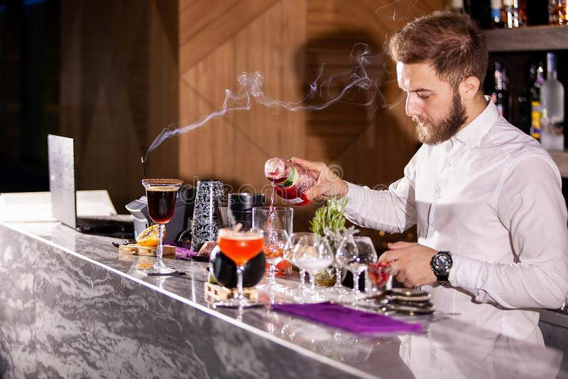 Incredients de versement de cocktail de barman images stock