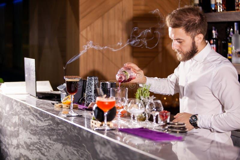 Incredients di versamento del cocktail del barista fotografie stock