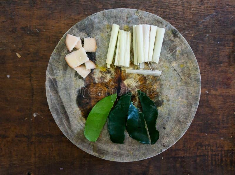 Incredients pour la nourriture thaïlandaise sur une planche à découper en bois images libres de droits