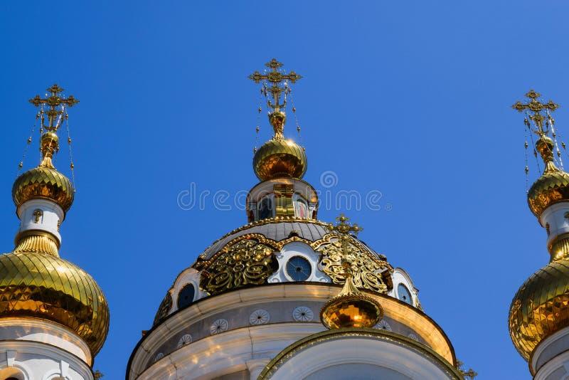 Download Incroci Ortodossi Sulle Cupole Dell'oro Fotografia Stock - Immagine di nubi, preghiera: 117980288
