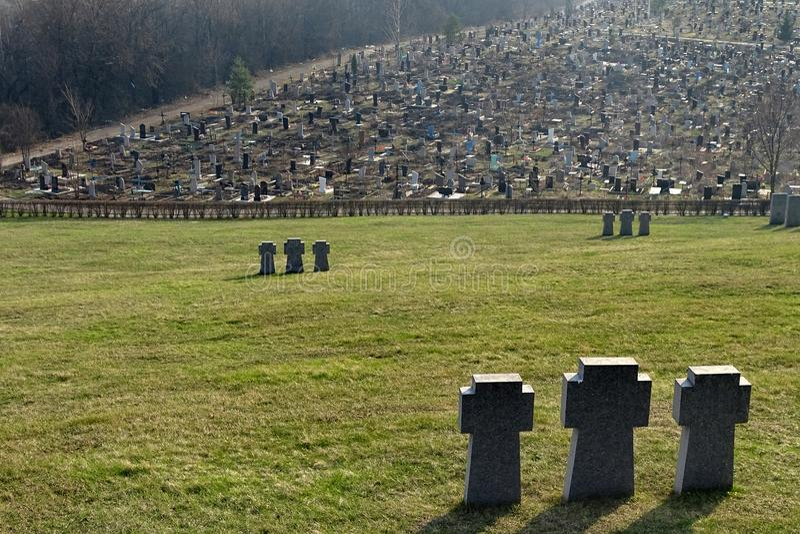 Incroci teutonici di pietra sul cimitero militare tedesco a Kharkov, Ucraina immagine stock