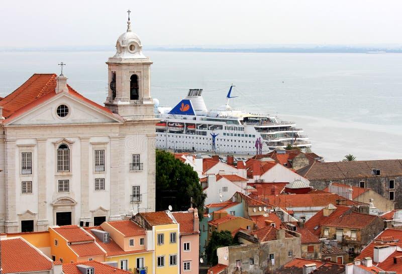 Incrociatore nel fiume di Tagus, Lisbona, Portogallo immagine stock