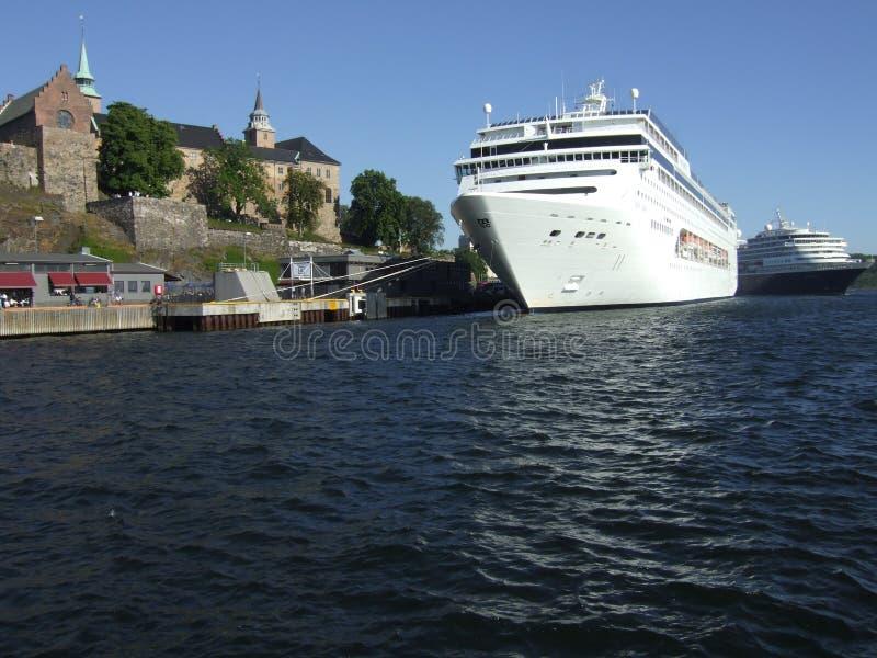 Incrociatore nel porto di Oslo immagine stock libera da diritti
