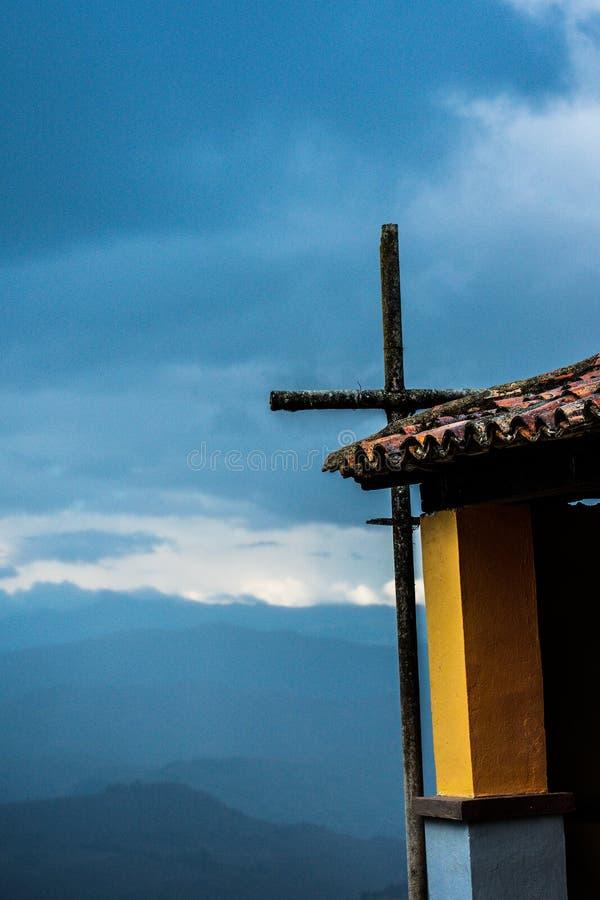 Incrocio alla chiesa in mezzo alle montagne colombiane immagini stock