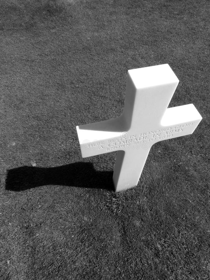 Incrocio bianco in bianco e nero fotografia stock libera da diritti