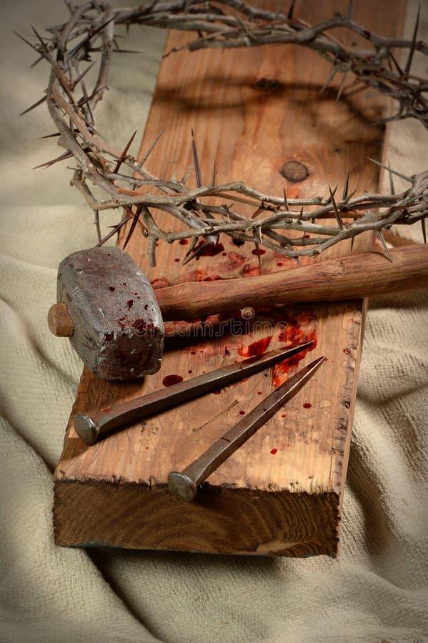 Incrocio con i chiodi, corona delle spine e martello immagini stock