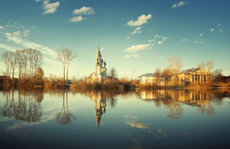 Incrocio cristiano del ferro del paesaggio di inverno della chiesa immagine stock libera da diritti