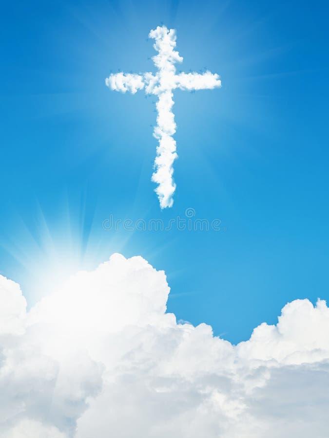 Incrocio cristiano e cielo blu della nuvola bianca fotografia stock