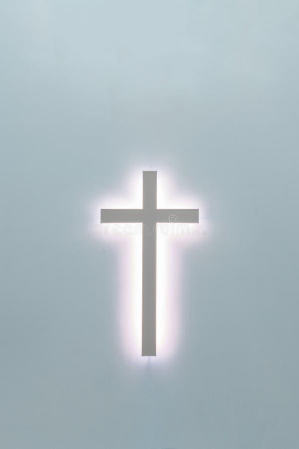 Incrocio cristiano su un fondo blu un simbolo di Cristianità crucifixion fotografia stock
