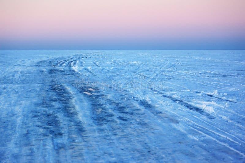 Incrocio del ghiaccio sopra il lago fotografia stock libera da diritti
