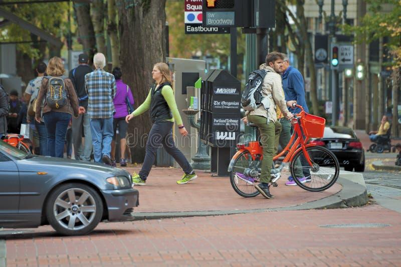 Incrocio della strada affollata a Portland del centro, Oregon fotografia stock