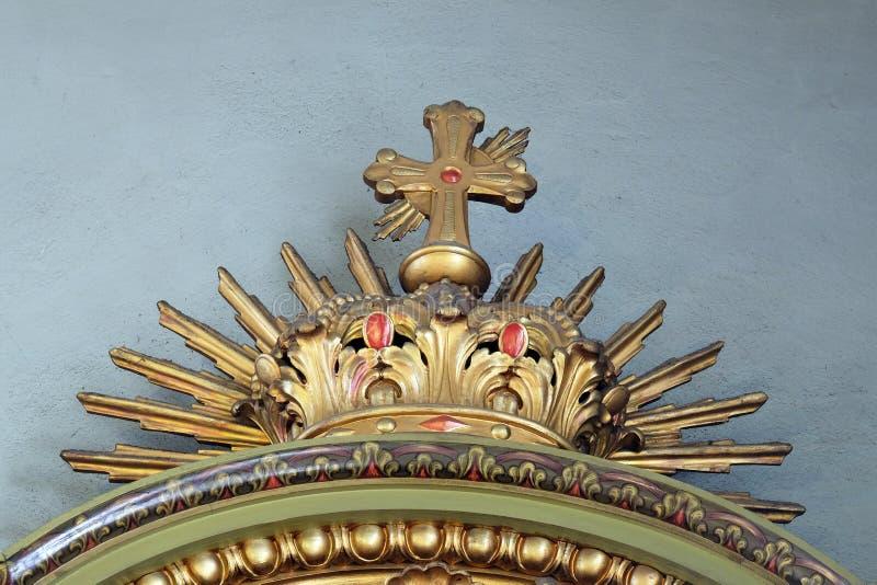 Incrocio, dettaglio dell'altare nella basilica del cuore sacro di Gesù a Zagabria immagini stock