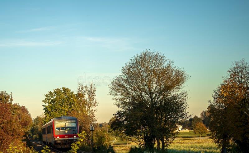 Incrocio di ferrovia d'avvicinamento del treno fotografia stock libera da diritti