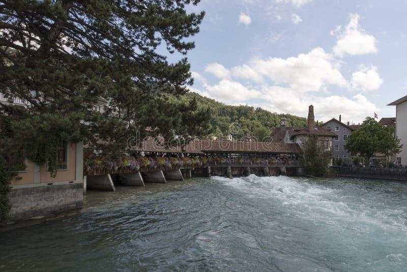 Incrocio di fiume di Aare il centro di Thun, Svizzera immagini stock libere da diritti