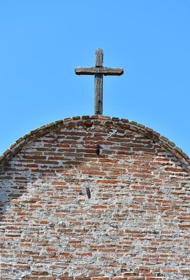 Incrocio di legno contro il cielo blu sul tetto fotografie stock libere da diritti