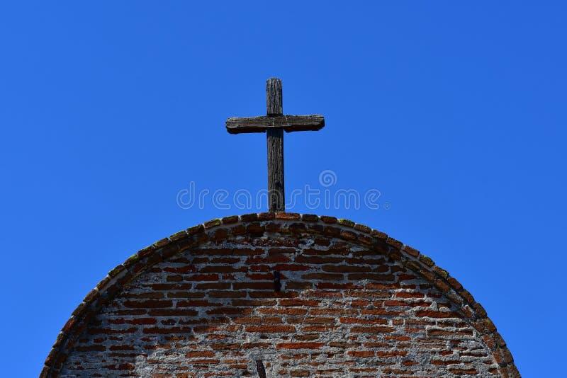 Incrocio di legno contro il cielo blu sul tetto fotografia stock