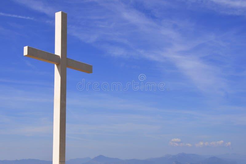 Incrocio di legno di religione contro il cielo blu fotografia stock libera da diritti
