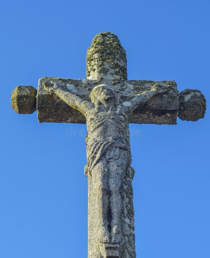 incrocio di pietra con Jesus Christ crocifitto fotografia stock libera da diritti