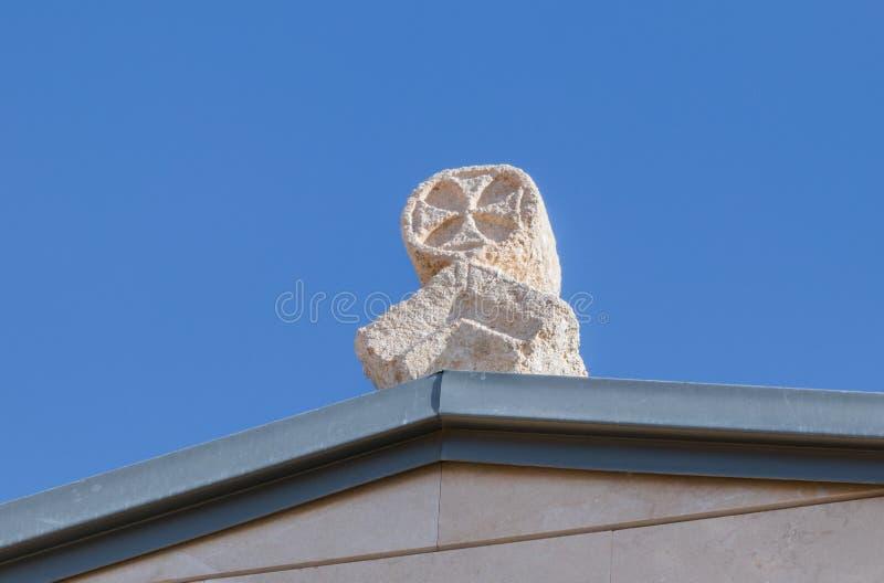 Incrocio di pietra sul tetto della chiesa commemorativa di Mosè sul supporto Nebo vicino alla città di Madaba in Giordania fotografia stock libera da diritti