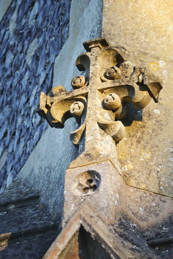 Incrocio di pietra sull'angolo della chiesa fotografie stock