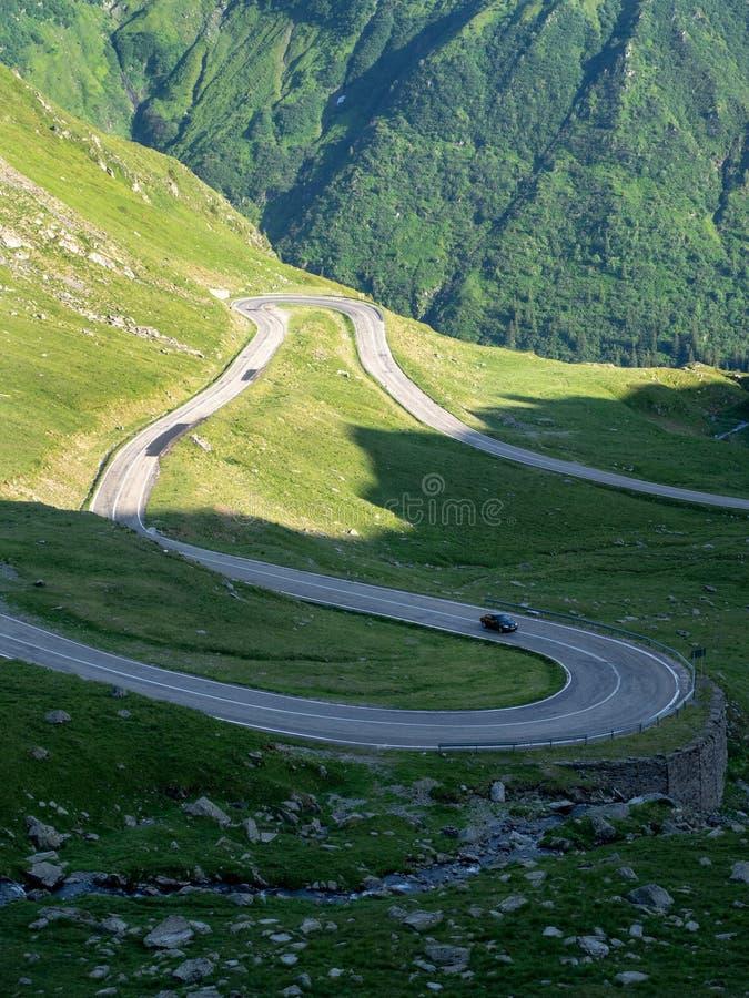 Incrocio di strada della montagna Carpathians, Romania immagine stock