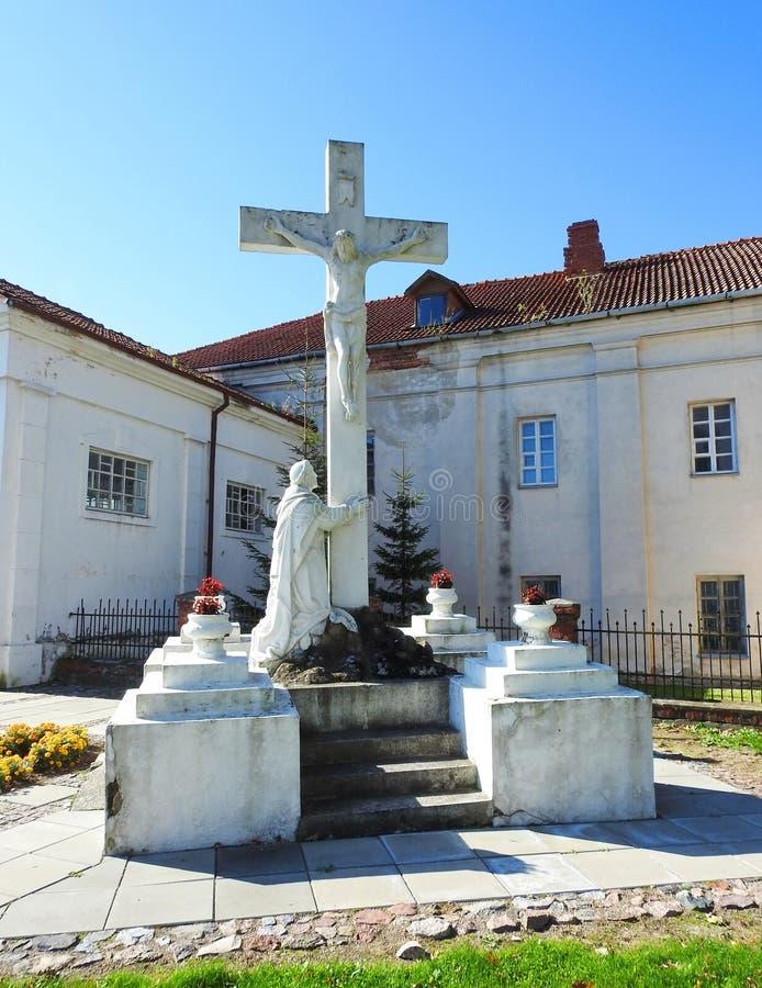 Incrocio e Gesù Cristo nel sagrato di Raseiniai, Lituania immagini stock libere da diritti