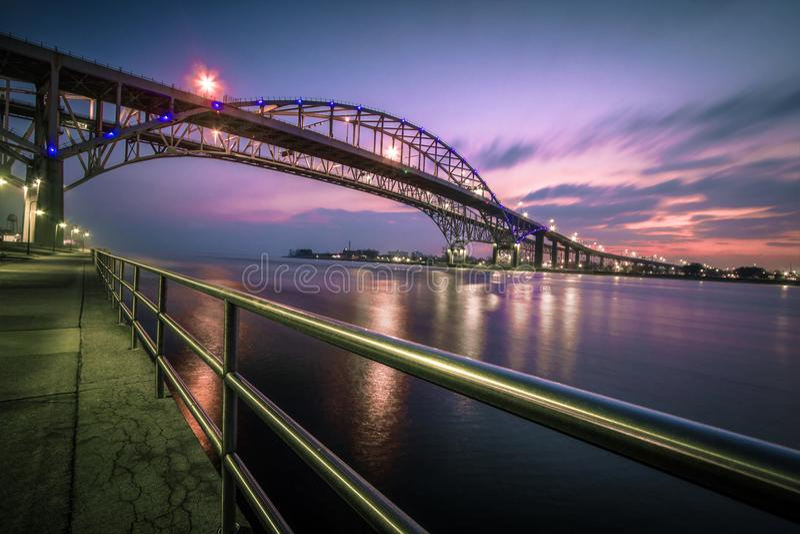 Incrocio internazionale del ponte dell'acqua blu immagine stock