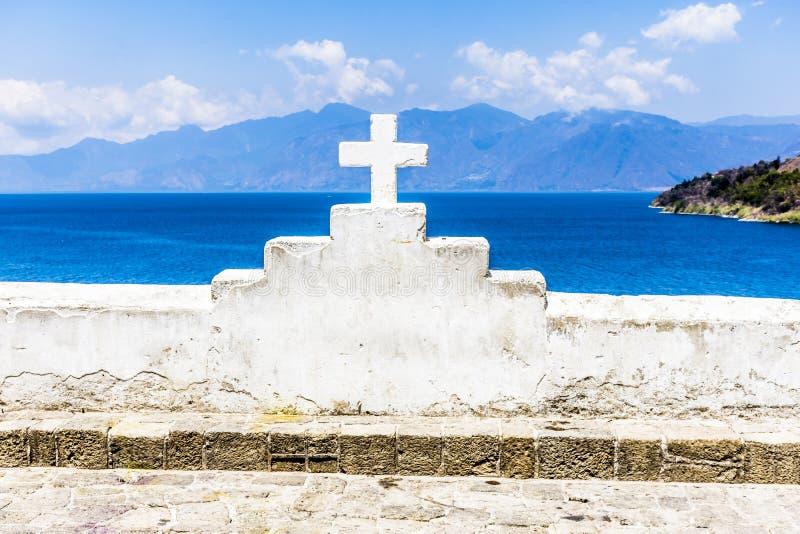 Incrocio & lago bianchi, San Antonio Palapo, lago Atitlan, Guatemala immagini stock libere da diritti