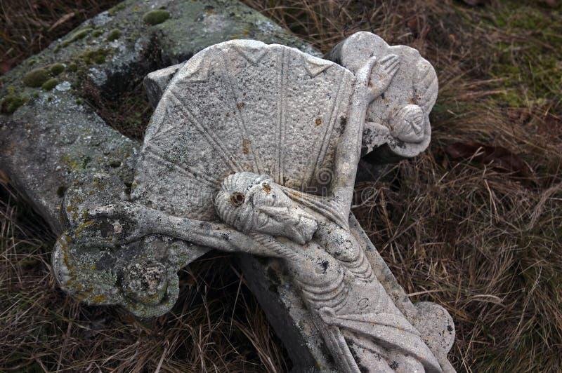 Incrocio nei secoli del cimitero XVIII-XIX del villaggio immagini stock