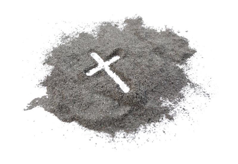 Incrocio o croce cristiano che assorbe cenere, polvere o sabbia come simbolo della religione, sacrificio, redemtion, Jesus Christ immagini stock
