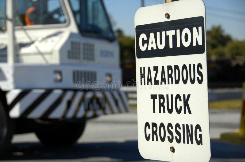 Incrocio pericoloso del camion fotografie stock libere da diritti