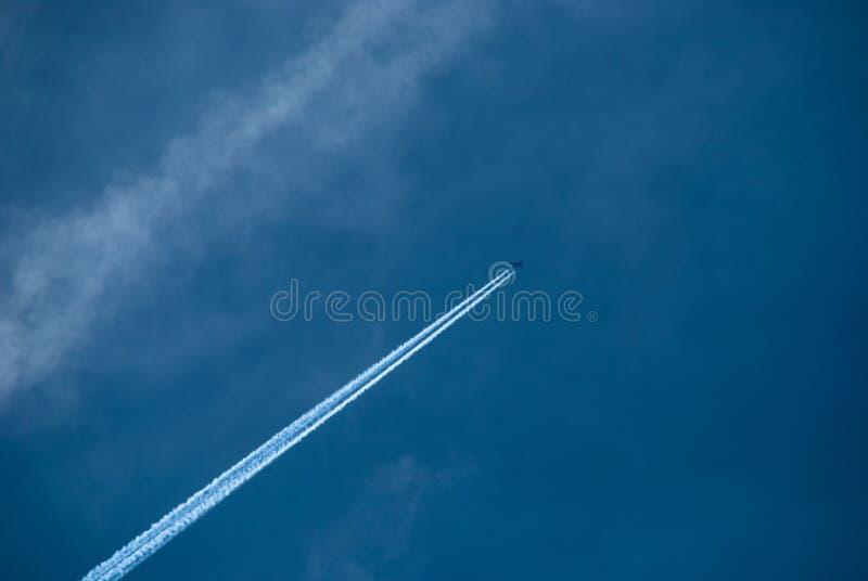 Incrocio piano un cielo blu immagini stock