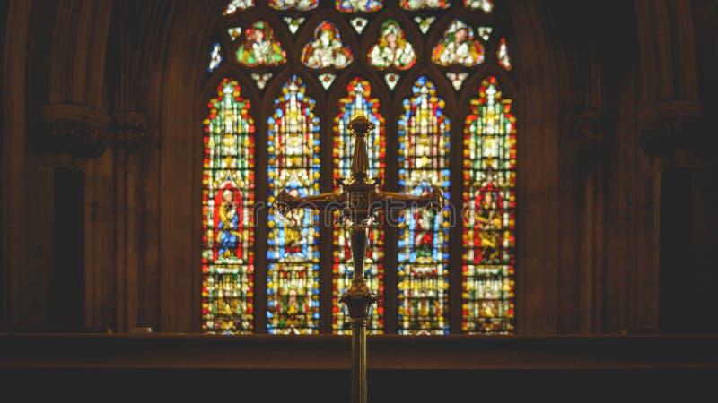 Incrocio sull'altar maggiore nella cattedrale di pozzi fotografia stock