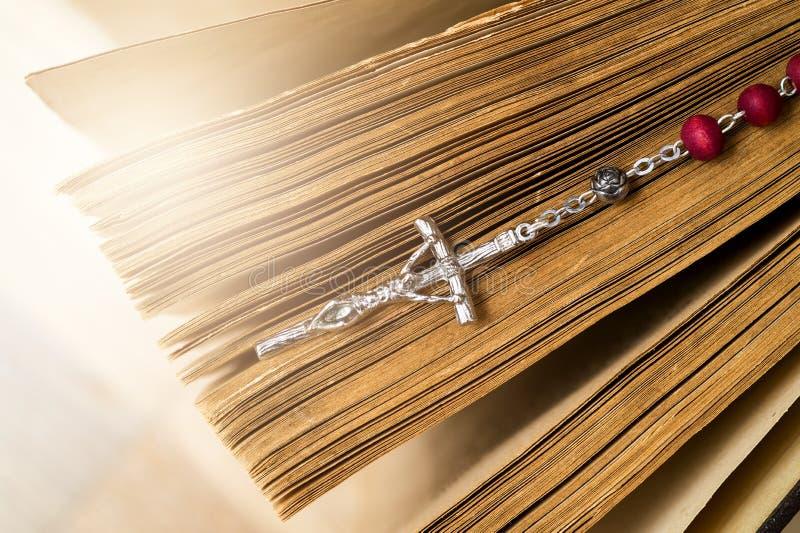 Incrocio sulla bibbia su un fondo di legno Libro sacro immagini stock libere da diritti