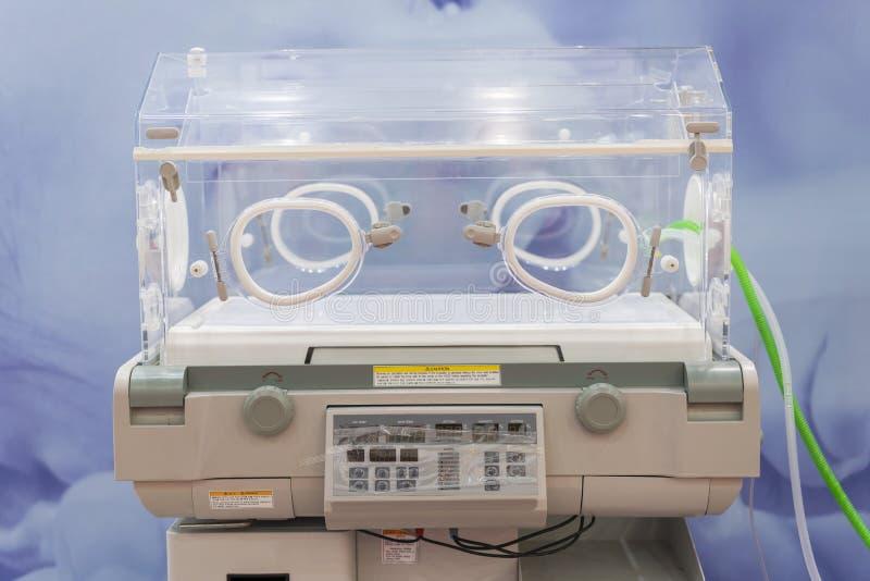 Incubadora infantil vac?a en un cuarto de hospital Sitio especialmente equipado con los bebés recién nacidos que duermen en incub fotos de archivo libres de regalías