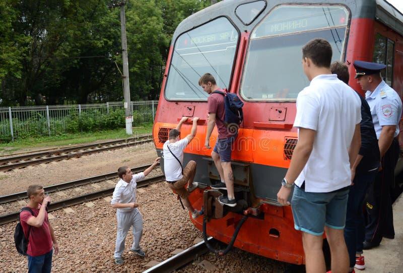 Incursión en la captura de los gamberros que se aferran en los coches pasados de trenes eléctricos suburbanos foto de archivo