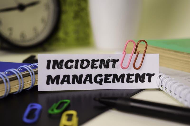 Incydentu zarządzanie na papierze odizolowywającym na nim biurko Biznesu i inspiracji poj?cie obrazy stock