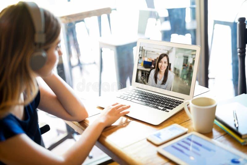 Indépendant avec l'ordinateur portable fonctionnant au café images libres de droits