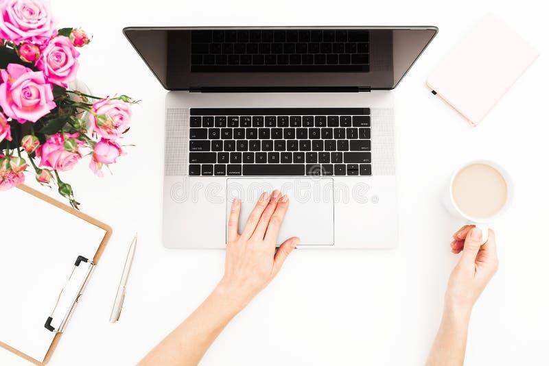 Indépendant de femme travaillant sur l'ordinateur portable Espace de travail avec les mains femelles, ordinateur portable, bouque image libre de droits