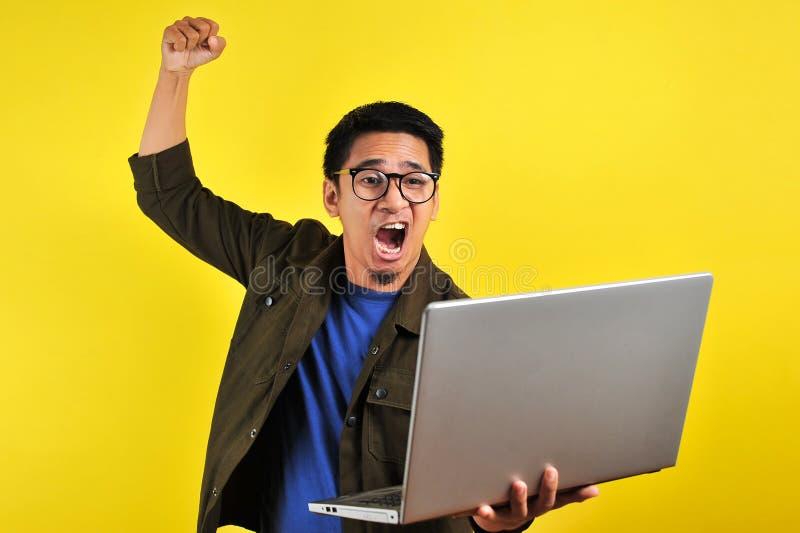 Indépendant en ligne asiatique très en colère face à son ordinateur portable obtenir le mauvais rapport du client  photos stock