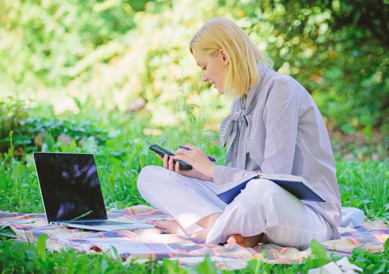 Indépendant réussi devenu Extérieur de gestion d'affaires La femme avec l'ordinateur portable reposent le pré d'herbe Dame d'affa images libres de droits