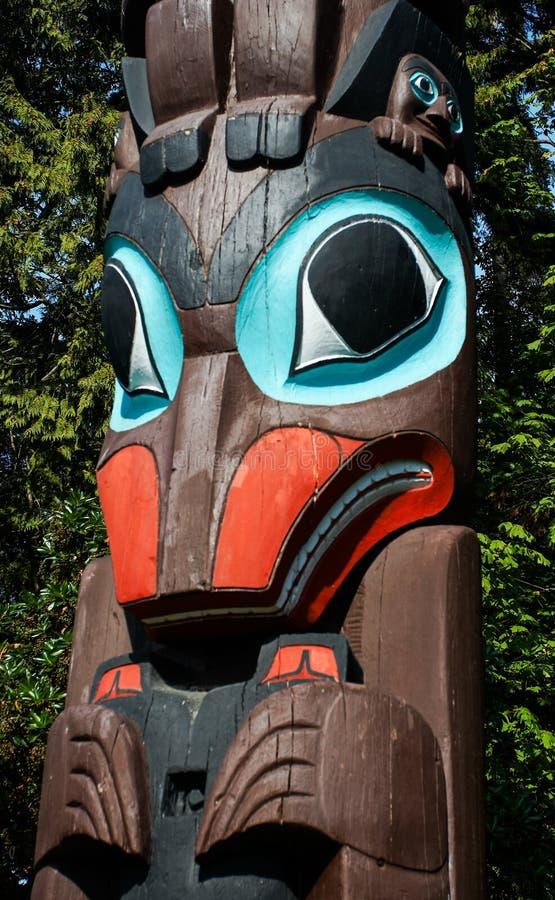 Indígenas del tótem que representa la cultura única de las primeras naciones imagen de archivo