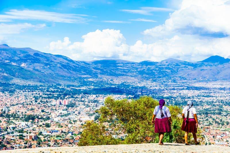 Indígenas en el fron del paisaje urbano de Cochabamba en Boli foto de archivo
