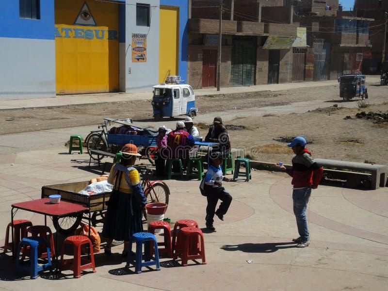 Indígenas en la calle, Juliaca, Perú fotografía de archivo
